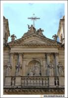 Acireale: Chiesa di San Domenico. (neoclassico sec. XVI- XVIII). Facciata principale con particolare delle statue.  - Acireale (3596 clic)
