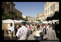 Leonforte: Sagra della pesca nel sacchetto. Edizione 2004. Piazza Branciforti.  - Leonforte (5701 clic)