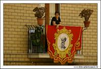 Agira, Agosto 2005. Festa del Santo Patrono San Filippo. Fedele, attende il passaggio del Santo. #2  - Agira (3198 clic)