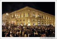 Caltanissetta: Settimana Santa. Giovedì Santo. Folla in Piazza Garibaldi. Sullo sfondo il Palazzo Municipale.  - Caltanissetta (3634 clic)