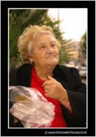 Catania: Donna anziana che mangia panettone.  - Catania (2713 clic)