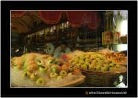 Catania: Vetrina di dolci tipici. Frutta martorana o pasta reale. Tipica nel periodo del 1 e 2 Novembre. Caratteristico dolce che assume le forme dei frutti (mandarini, arance, castagne, ecc..) Techne  - Catania (17581 clic)