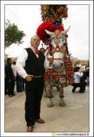 Cerda: Sagra del Carciofo 25 Aprile 2005. Carretto siciliano con uomo in abiti folkloristici #1.  - Cerda (8867 clic)