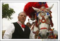 Cerda: Sagra del Carciofo 25 Aprile 2005. Carretto siciliano con uomo in abiti folkloristici #2.  - Cerda (3287 clic)