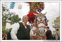 Cerda: Sagra del Carciofo 25 Aprile 2005. Carretto siciliano con uomo in abiti folkloristici #3.  - Cerda (3468 clic)