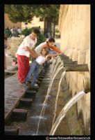 Leonforte: Gran Fonte. Anno di costruzione 1651. Dei bambini, si divertono a bere nei 24 cannoli della Fonte.  - Leonforte (4142 clic)