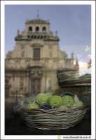 Acireale: Vetrina con prodotti tipici Acesi: La pasta Reale.  - Acireale (5166 clic)