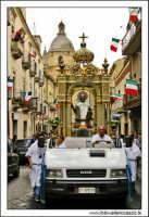 Agira, Agosto 2005. Festa del Santo Patrono San Filippo. I fedeli in processione in Corso Vittorio Emanuele.  - Agira (2932 clic)