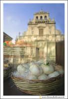 Acireale: Vetrina con prodotti tipici Acesi: La pasta Reale.  - Acireale (4981 clic)