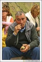 Cerda: Sagra del Carciofo 25 Aprile 2005. Assaporare un carciofo.  - Cerda (2710 clic)