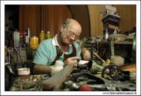 Agira, Agosto 2005. Famoso calzolaio di Agira. Mastro Filippo. (Color).  - Agira (2372 clic)
