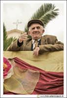Cerda: Sagra del Carciofo 25 Aprile 2005. Il saluto di un Anziano Cerdese.  - Cerda (3145 clic)