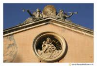 Acireale: Chiesa di Santa Maria dell'indirizzo. (neoclassico sec. XVIII) realizzata dall'Architetto Stefano Ittar. Particolare del frontone.  - Acireale (2681 clic)