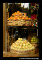 Catania: Vetrina di dolci tipici. Frutta martorana o pasta reale. Tipica nel periodo del 1 e 2 Novembre. Caratteristico dolce che assume le forme dei frutti (mandarini, arance, castagne, ecc..)  - Catania (5277 clic)