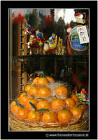 Catania: Vetrina di dolci tipici. Frutta martorana o pasta reale. Tipica nel periodo del 1 e 2 Novembre. Caratteristico dolce che assume le forme dei frutti (mandarini, arance, castagne, ecc..)  - Catania (4539 clic)