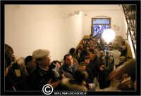 Leonforte. Le Tavolate di San Giuseppe. 19 Marzo 2006. I Fedeli, sono messi in fila, per visitare una Tavolata di San Giuseppe all'interno di un'abitazione privata.  - Leonforte (4162 clic)