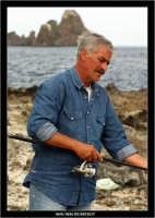 Acicastello. Un pescatore prepara la lenza.  - Aci castello (1463 clic)