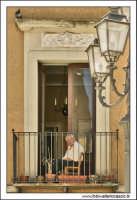 Agira, Agosto 2005. Balcone con anziano in piazza Garibaldi.  - Agira (2092 clic)