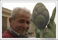 Cerda: Sagra del Carciofo 25 Aprile 2005. L'anziano e il carciofo. Ritratto ad un uomo cerdese. Sullo sfondo il carciofo di cerda #2.  - Cerda (3737 clic)