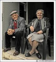 Cerda: Sagra del Carciofo 25 Aprile 2005. Coppia di anziani sull'uscio di casa.  - Cerda (7365 clic)