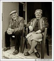 Cerda: Sagra del Carciofo 25 Aprile 2005. Coppia di anziani sull'uscio di casa. #2 Bianco e nero.  - Cerda (7476 clic)
