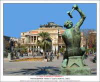 Palermo: Colpo di martello al Politeama. Una statua in Piazza Castelnuovo di fronte il Teatro Garibaldi Politeama.  - Palermo (5761 clic)