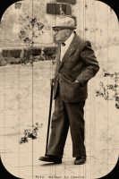 Acicastello. Vecchietto passeggia nella piazza di Acicastello. (fotografia scattata con una reflex digitale e trasformata in foto antica anni 30).  - Aci castello (1641 clic)
