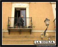 Agira: Piazza Garibaldi. Vecchietto al balcone.  - Agira (3558 clic)