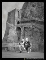 Acicastello: Anziani innamorati sotto il castello.  - Aci castello (6390 clic)