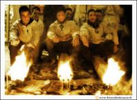 Catania: Festa di Sant'Agata. 5 Febbraio 2005: Festa della Patrona di Catania, Sant'Agata. Fedeli devoti, si riscaldano al calore dei loro ceroni.  - Catania (2260 clic)