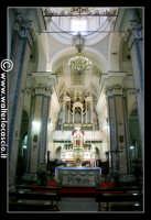 Troina: Interno della Cattedrale Maria Santissima Assunta (1078-1080), navata centrale ed altare. Sullo sfondo, l'imponente organo settecentesco.  - Troina (2184 clic)