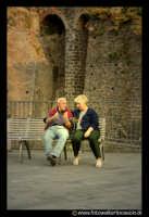 Acicastello: Anziani innamorati sotto il castello.  - Aci castello (13352 clic)