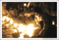 Catania: Festa di Sant'Agata. 5 Febbraio 2005: Festa della Patrona di Catania, Sant'Agata. Fedeli devoti, si riscaldano al calore dei loro ceroni.  - Catania (2074 clic)
