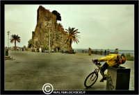 Acicastello. Piazza di Acicastello. Un ciclista si ferma alla fontanella per bere.  - Aci castello (2319 clic)