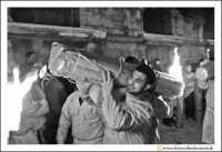 Catania: Festa di Sant'Agata. 5 Febbraio 2005: Festa della Patrona di Catania, Sant'Agata. I devoti, con i loro ceronisullespalle, si dirigono all'Istituto Maria Ausialiatrice dove andranno a pregare.  - Catania (2293 clic)