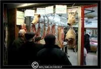 Leonforte. Una vetrina di una macelleria. Alcuni anziani sono li davanti,a guardare la vetrina, come se fosse un negozio di abbigliamento!!  - Leonforte (2877 clic)
