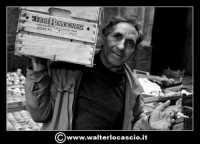 Catania: Il fruttivendolo.  La Pescheria e' l'antico mercato del pesce della citta' di Catania ed e' inserito nel percorso turistico per il contenuto di folklore che si respira passando fra i banchi dei pescivendoli.   - Catania (1407 clic)