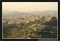 Calascibetta: Panorama del paese, visto dal belvederedi Enna.  - Calascibetta (4259 clic)