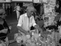 Don Vicenzu. Il piu' famoso venditore di GRATTATELLA al mondo! Lo trovate a palermo di fronte il Teatro Massimo.  - Palermo (4458 clic)