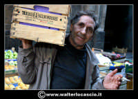 Catania: Il fruttivendolo.  La Pescheria e' l'antico mercato del pesce della citta' di Catania ed e' inserito nel percorso turistico per il contenuto di folklore che si respira passando fra i banchi dei pescivendoli.   - Catania (1600 clic)