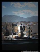La caffettiera e il panorama palermitano. Via Basile per l'esattezza. PALERMO Walter Lo Cascio