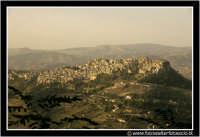 Calascibetta: Panorama del paese, visto dal belvederedi Enna.  - Calascibetta (4679 clic)