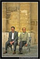 Enna: Anziani seduti in una panchina vicino il Municipio.  - Enna (7170 clic)