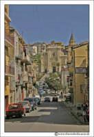 Agira: Corso Vittorio Emanuele. In fondo la Chiesa Reale Abbazia.  - Agira (5173 clic)