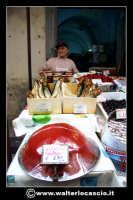 Catania: Venditore di pesce secco e acciughe. La Pescheria e' l'antico mercato del pesce della citta' di Catania ed e' inserito nel percorso turistico per il contenuto di folklore che si respira passando fra i banchi dei pescivendoli.   - Catania (1484 clic)