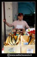Catania: Venditore di pesce secco e acciughe. La Pescheria e' l'antico mercato del pesce della citta' di Catania ed e' inserito nel percorso turistico per il contenuto di folklore che si respira passando fra i banchi dei pescivendoli.   - Catania (1712 clic)