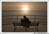 Cefalu': Innamorati sulla panchina, che osservano il tramonto.  - Cefalù (29852 clic)