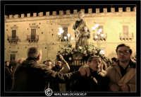 Leonforte. 19 Marzo 2006. Festa di San Giuseppe. Protettore di Leonforte. La processione del Santo. I Fedeli si dirigono in Chiesa. #2  - Leonforte (3865 clic)