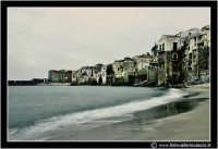 Cefalu': Scorcio del paese dalla spiaggia. #1  - Cefalù (3114 clic)