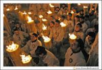 Catania: Festa di Sant'Agata. 5 Febbraio 2005: Festa della Patrona di Catania, Sant'Agata. Folla di fedei devoti, davanti il quadro di Sant'Agata all'Istituto Maria Ausiliatrice.  - Catania (3122 clic)